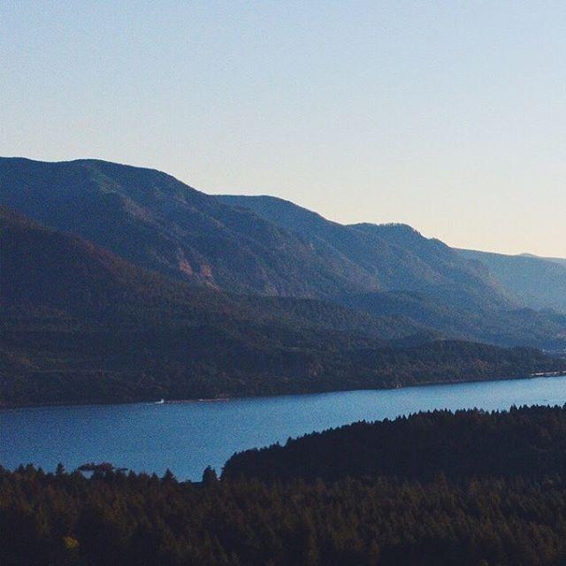 Columbia River Gorge(ous). Amazing @Airbnb vibes. . . . . . . . . . . #nature #vsco #vscocam #vscox #vscovideo #mextures #drone #dronephotography #dronevideo #dronefootage #video #sunset #pnw #washington #river #dji #djimavicpro #mavicpro #create #createexplore #fromabove #landscape #shotfromabove