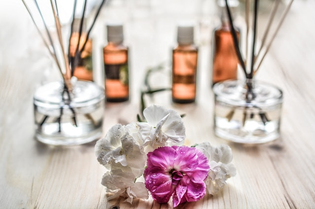 Essential oils for PCOS // How to treat PCOS with essential oils // How to treat PCOS naturally // Top essential oils for PCOS // PCOS essential oils // How to use essential oils for PCOS // Benefits of essential oils for PCOS |  PCOSLiving.com  #PCOS #essentialoils