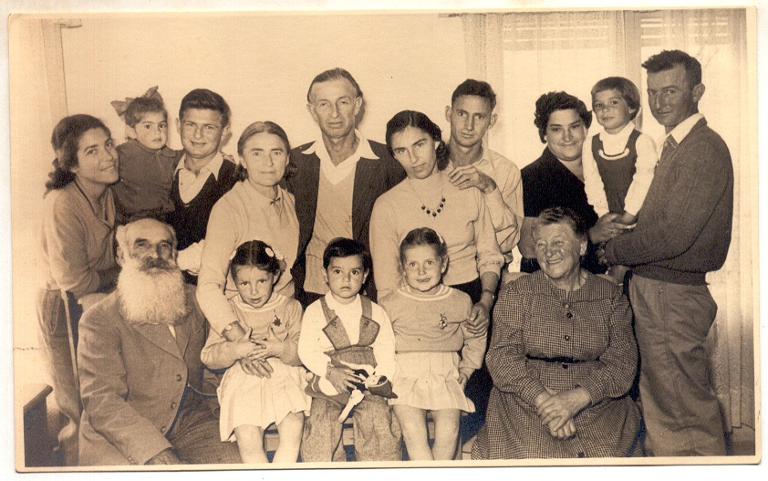 Arieh_L._Popik_with_his_wife_parents_children_and_grandchildren_in_1955.jpg