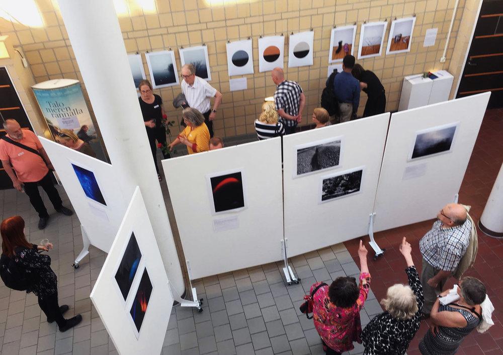 Kesä 2018: VÄREILYÄ -näyttelyn avajaisissa klubilaiset avasivat taiteellisia prosesseja avajaisvieraille.