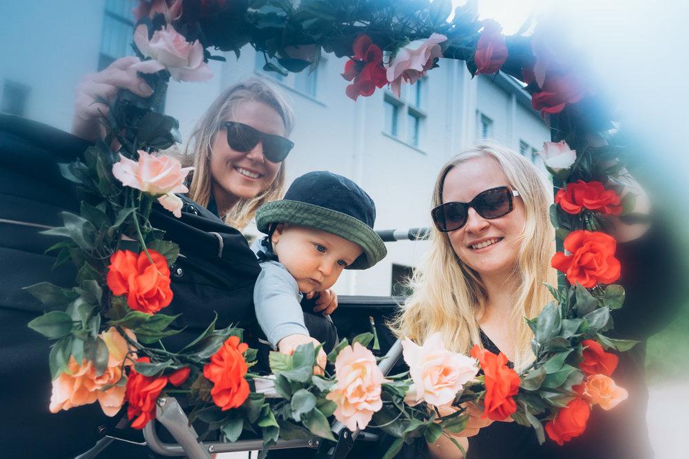 Kesä 2017: Kutsuimme ihmisiä kuvattavaksi postikorttinäyttelyssäkin nähtyyn kukkakehykseen. Etenkin Malmin päivässä ruusuisia muotokuvia syntyi paljon. Muotokuva-tempaukseen osallistuneet saivat kuvat itselleen tapahtuman jälkeen.