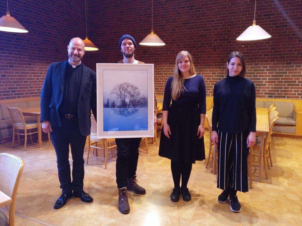 Malmin hautausmaalla ottamamme valokuvataideteos lahjoitettiin Malmin kirkolle.