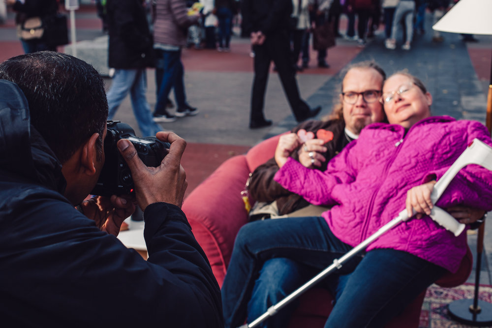 Syksy 2018: Mohan kuvaa pariskuntaa yhdessä suunnittelemassamme Olotila-installaatiossa Ala-Malmin torin avajaisissa.