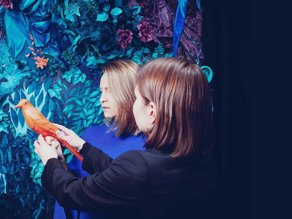 Taidemuotokuva -tapahtuma - Voit tilata Taidemuotokuva -tapahtuman, jossa All Walls Collectiven jäsenet Emilia Erfving ja Tuuli Rouhiainen ohjaavat ja kuvaavat Taidemuotokuvia Kehys-teoksen kanssa.ALK. 1700€ + ALV
