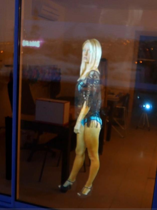hologramme vitrine blonde