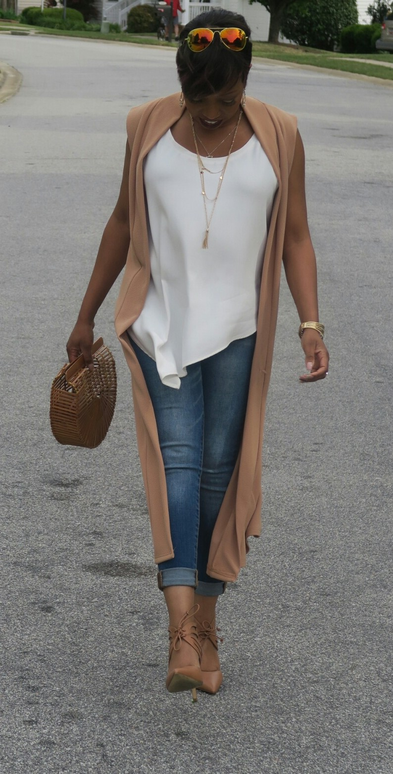 brunch outfit, streetstyle, tan cape, wooden purse, white and tan, white and denim