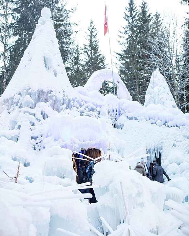 After a day of ice skating, I found this enchanting scene nestled in the woods of Schwarzsee in Switzerland. Each winter, the sculptor Karl Neuman brings this world of ice to life — complete with igloos, ice grottos, and a towering ice palace ❄️❄️❄️