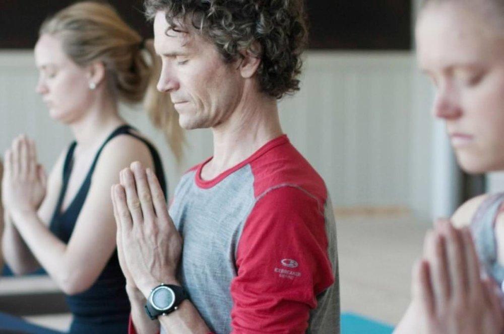 Ashtanga Yoga er en blanding av bevegelse og meditasjon. Meditasjonselementen er innebygget i praksisen, for eks. ved telling, fokus på pust og festning av blikket.
