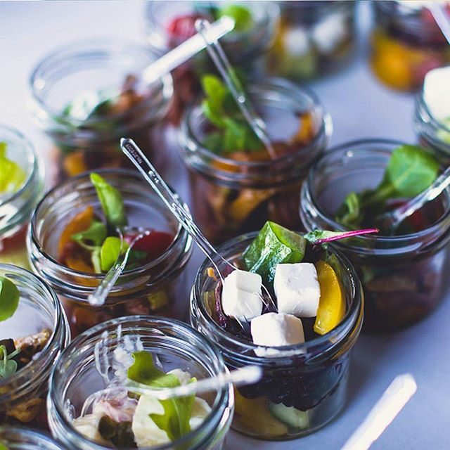 Knackige Vitamine direkt aus dem Glässchen? Findet ihr in unseren vielen gesunden Fingerfood Menüs! ⠀ ⠀ 👉 http://bit.ly/2hAP0rD . . . #catering #vitaminbombe #officecatering #salatcatering #freshcatering