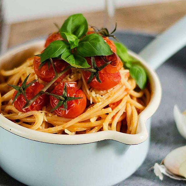 Feiert mit uns den World PASTA Day 🍝 ! Ob Lasagne, Farfalle oder Ravioli - Pasta kommt in allen Farben und Formen & wir lieben sie alle ❤️. ⠀ 👉 Also ab auf heycater.com oder zum Italiener eures Vertrauens!⠀ .⠀ .⠀ .⠀ #bastapasta #pastacatering #welovepasta #worldpastaday #heycater #businesscatering