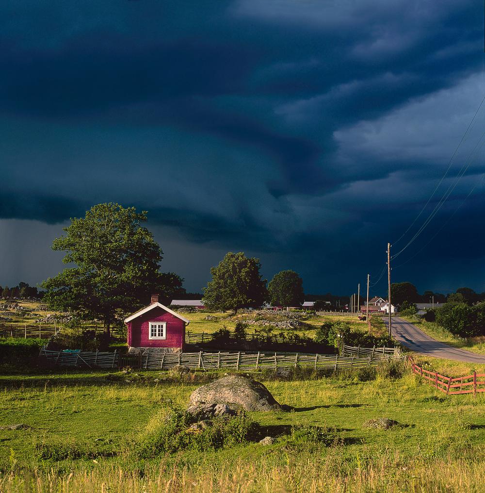 Röd-stuga-Hotfulla-regnmoln-Krokshult-1996-07-KN.jpg