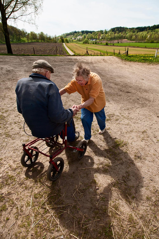 IMG_9263-Sonja-drar-Gösta-Karlsson-på-rullator-Djurarp-On-1500px2.jpg