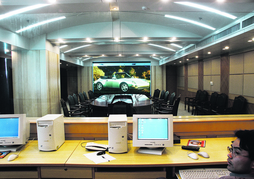 dnp Ultra Contrast - conference room