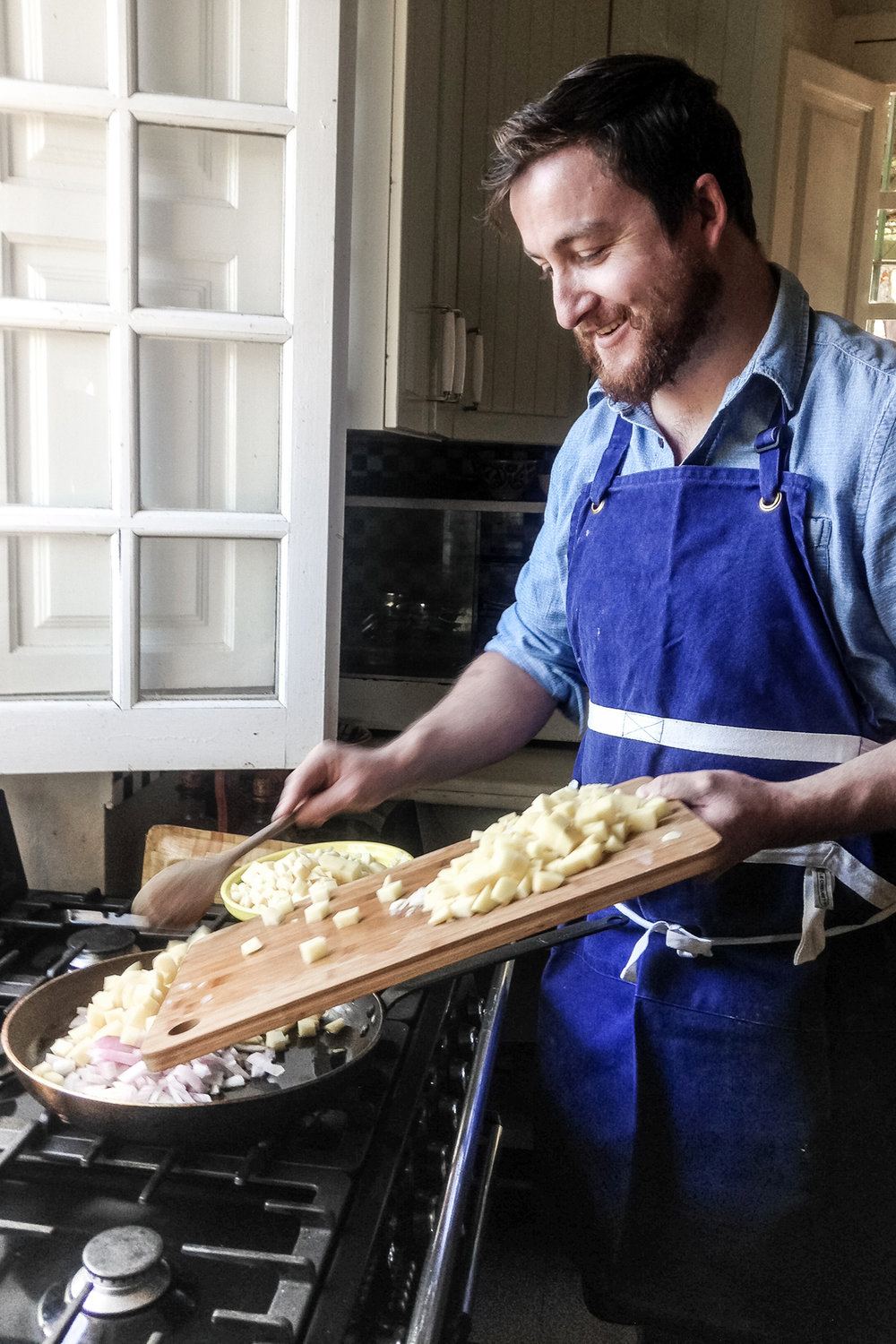 Charlie making Tortilla de Patatas.    Photo courtesy of Connie Eldrup       http://www.connieeldrup-conarte.dk