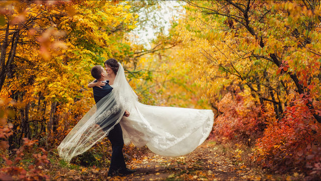 Fall weddings bring gorgeous outdoor photography options.