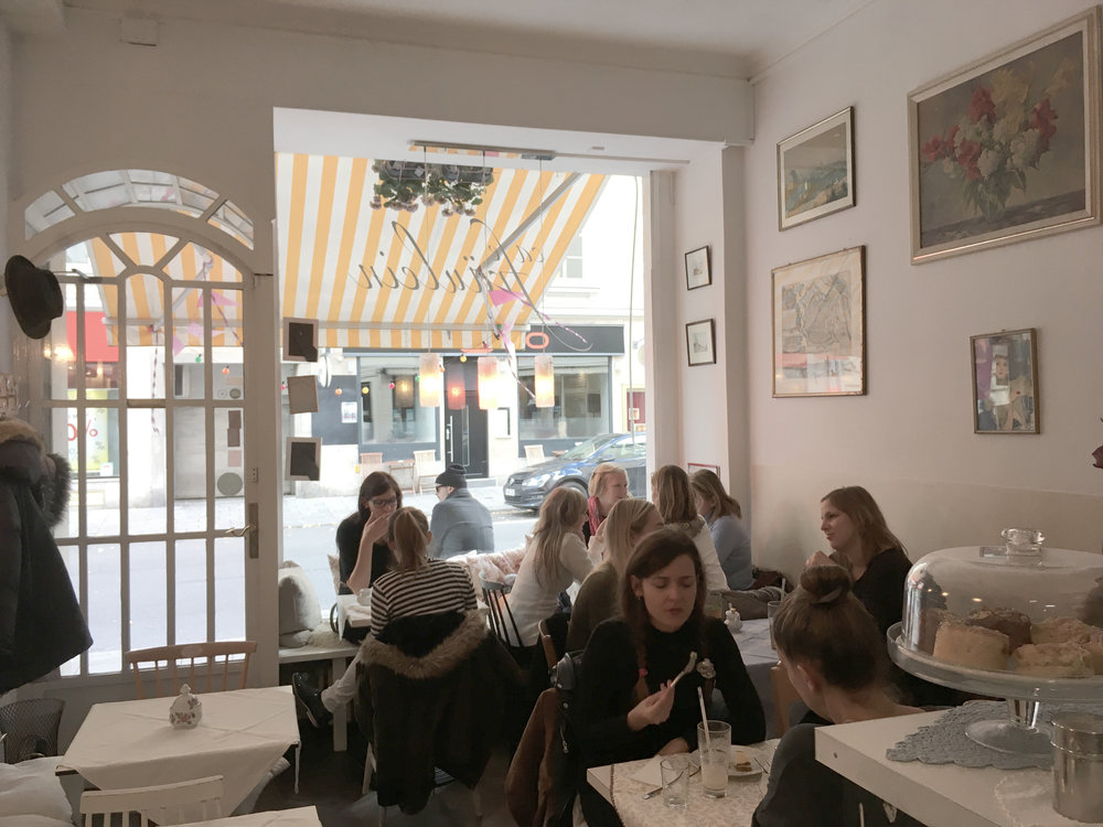 """Auf diesem Bild hat sich auch Peter, der Inhaber des Café Fräulein, """"versteckt""""."""