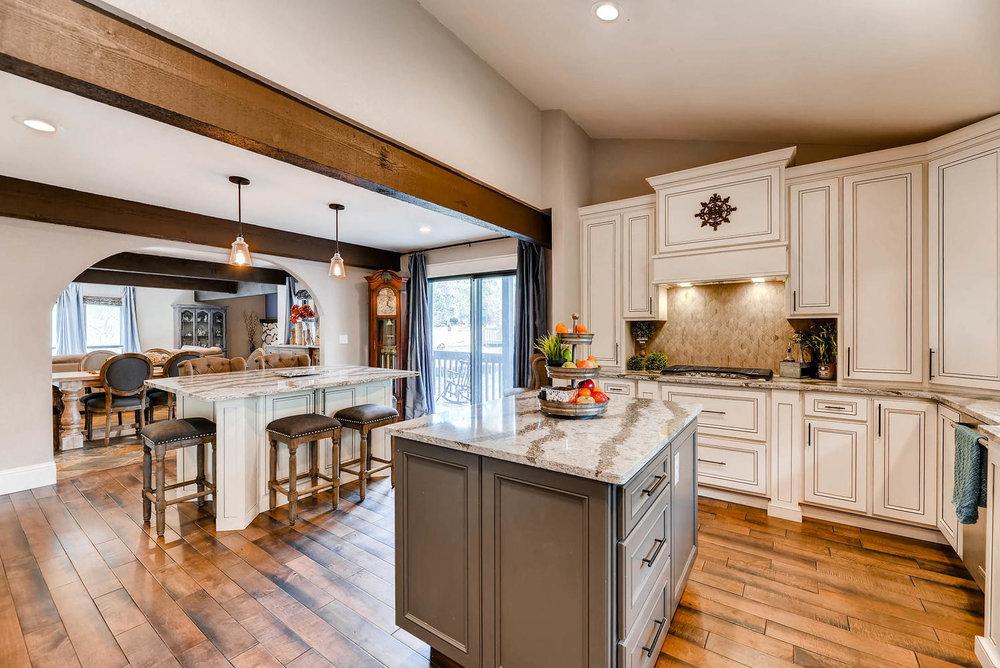 7135 Wintery Loop Colorado-large-008-6-Kitchen-1499x1000-72dpi.jpg