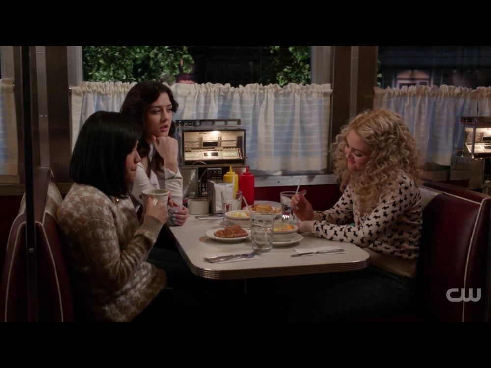 The Carrie Diariesより、親友たちが集うダイナーのシーン (この番組はSex and the Cityの序章。右手がキャリーの高校時代。残念ながらシーズン2で打ち切りとなった)