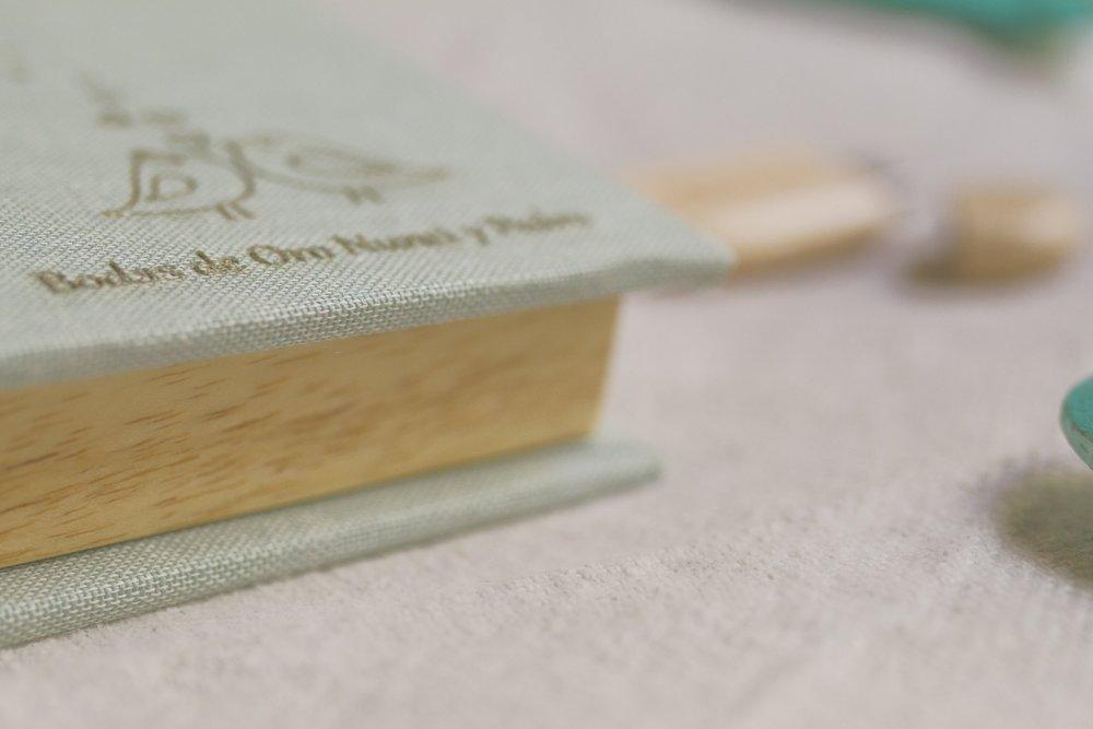 Cajita artesanal para memoria USB de madera y lino verde