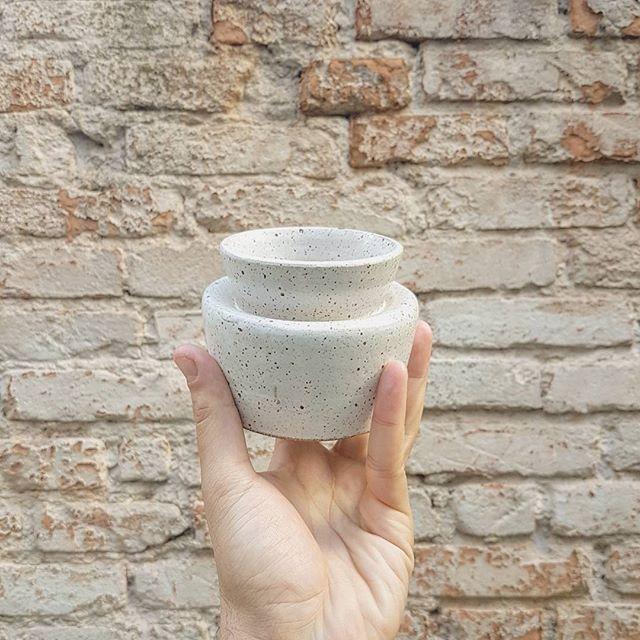 Há quem diga que não se aprende nada em um dia. Esse vaso prova o contrário.  #obrigadopelodia @oliveceramica. obrigado por guardar essa peça por um ano. ❤