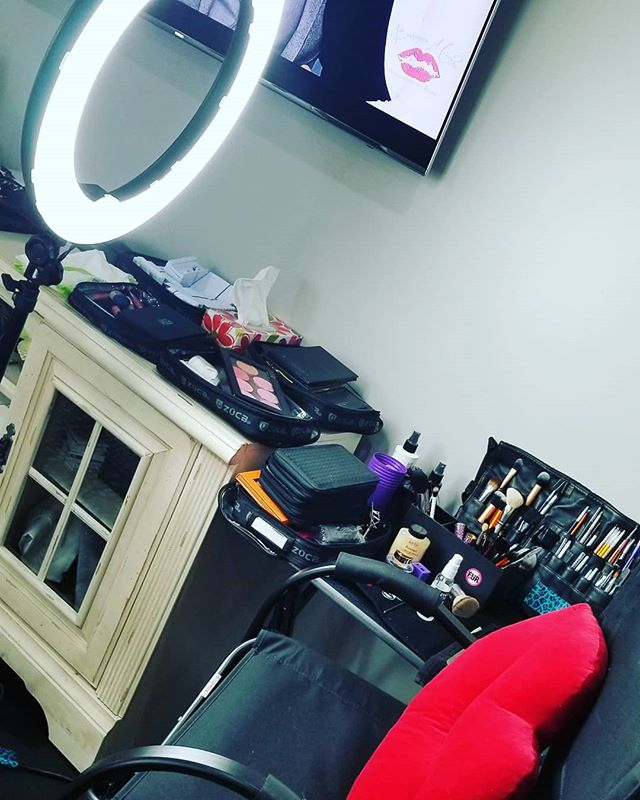 Saturday am shoot. #photoshoot #makeupandhair #crueltyfreemakeupartist #certifiedmakeupartist #professionalmakeupartist #besamemuchophotography #photography #professionalphotographer #lilygmua #cleanmakeupartist #makeuplilyg #saturday #ig #instagram #makeupsetup #makeupchair #ringlight #musiconthego #bose #crueltyfreeproducts #weekendwork #weekend