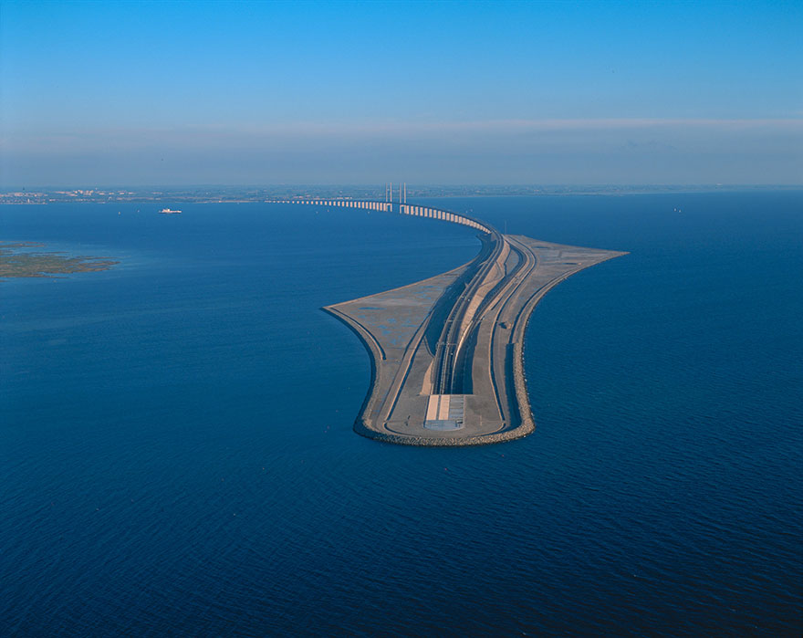 Photo via boredpanda   https  ://  www  .  boredpanda  .  com  /  tunnel  -  bridge  -  oresund  -  link  -  artificial  -  island  -  sweden  -  denmark  /