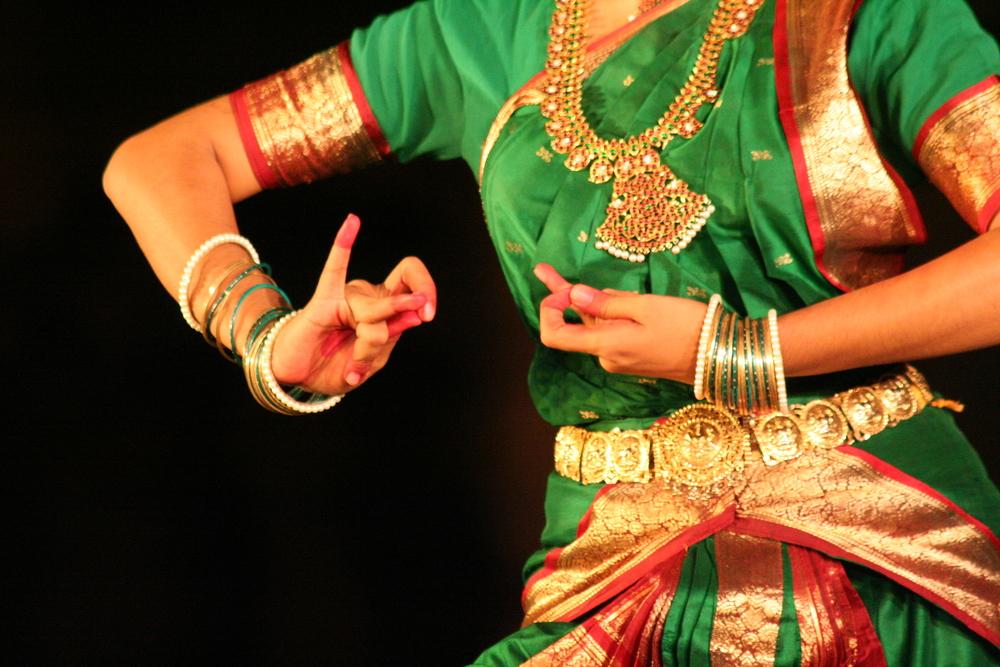 Die harte Ausbildung zur Bharatanatyam Tänzerin beginnt im Alter von drei Jahren. Manchmal gehören auch Schläge dazu. Foto: Irene Mazza, Mamallapuram, Indien