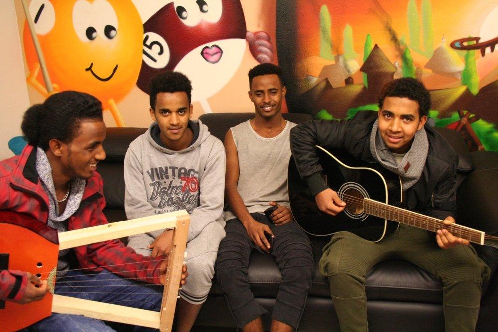 Musizieren ist für die Jugendlichen aus Eritrea eine willkommene Abwechslung.