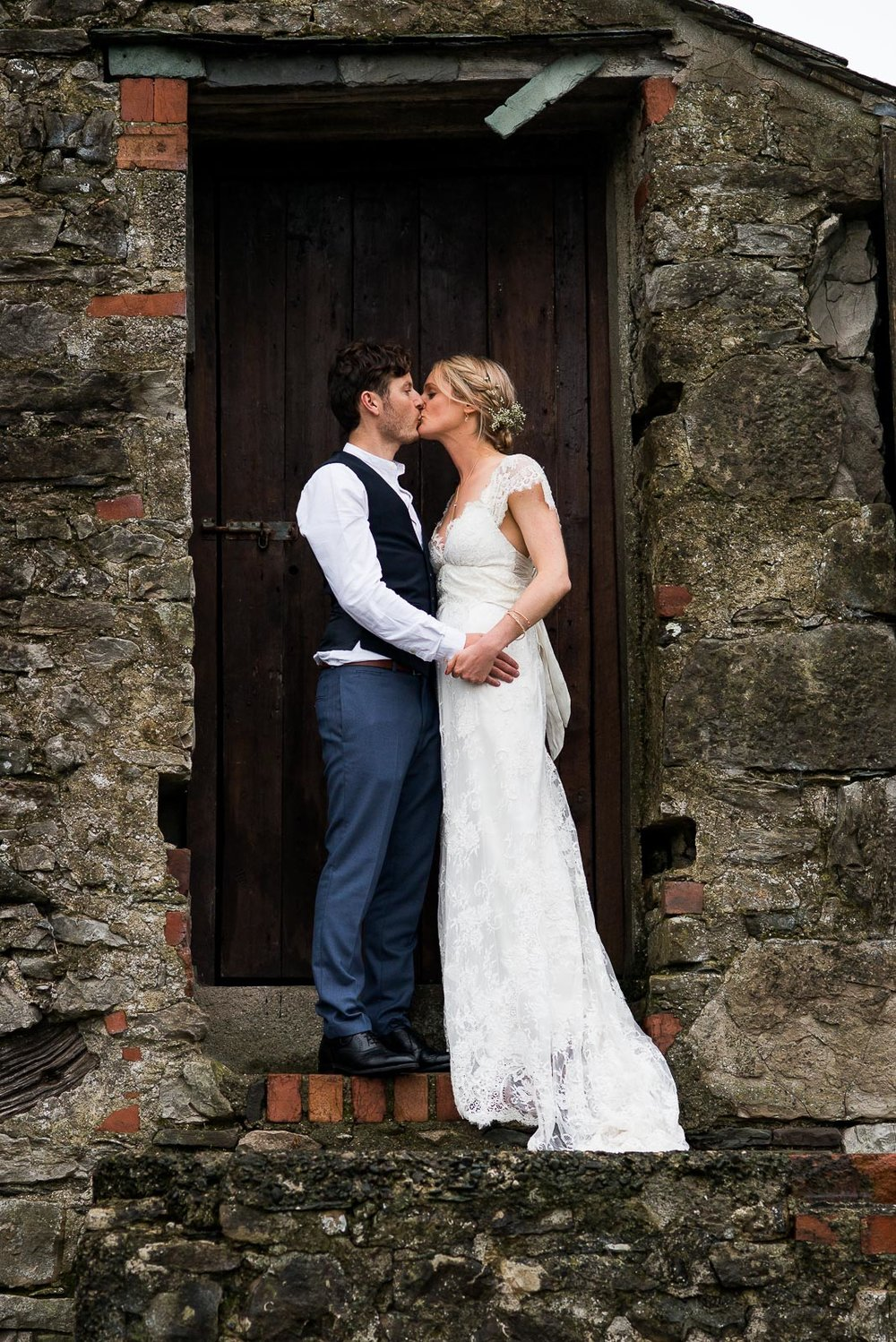 Newley wedded couple embrace in a rustic barn setting © Jessica Grace Photography