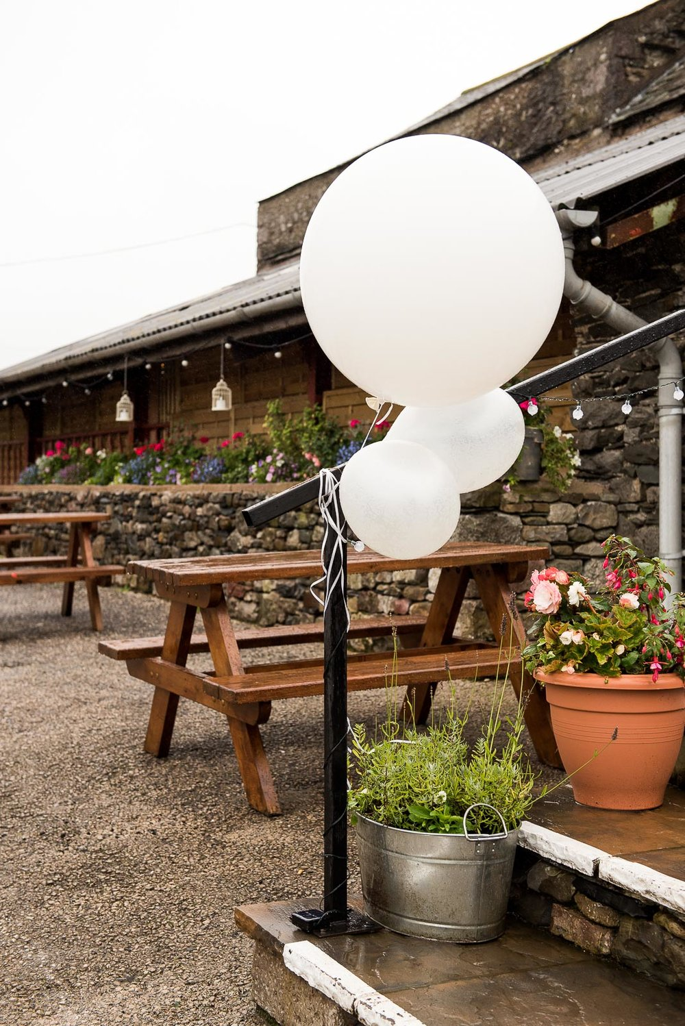 Giant balloon decoration at Park House Barn © Jessica Grace Photography