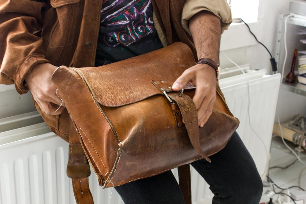 Tasken her har Nima fået af sin farfar fra Iran, og selvom samlingerne er gået op flere steder, har han ikke tænkt sig at skille sig af med den.