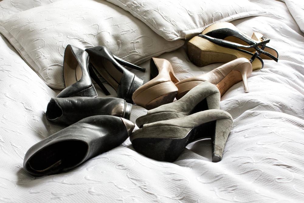 Line opbevarer de mange stiletter i 'rolle beds' under sengen... for det er ikke nemt at finde plads til så mange sko!