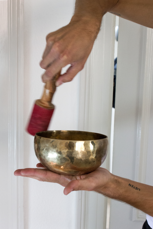 Denne fine messingskål er egentlig et indisk instrument til at udrense kroppen for dårlig energi og ånder. Men Patrick vil bruge skålen som dekoration, og den passer da også meget godt med tidens messing-trend?!