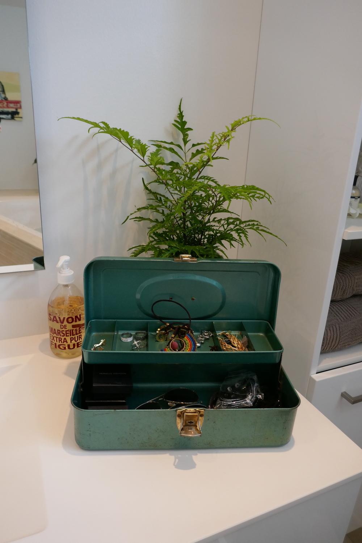 Vi er helt vilde med idéen om at gøre en gammel pengekasse til et smykkeskrin, som Camilla har gjort her. Helle for de gamle pengekasser på Tradono!