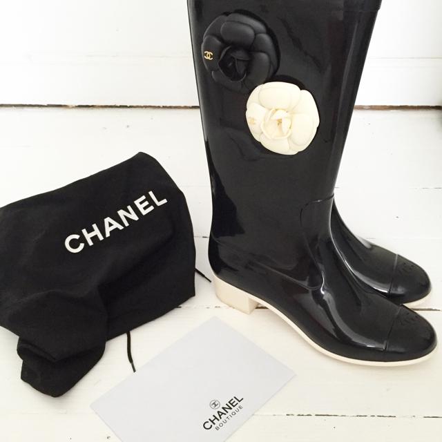 Indtag det altid regnvåde Danmark med stil! Julie har disse smukke Chanel-gummistøvler til salg i sin tradonoshop. Så kan regnen da bare komme an 🌧🎀