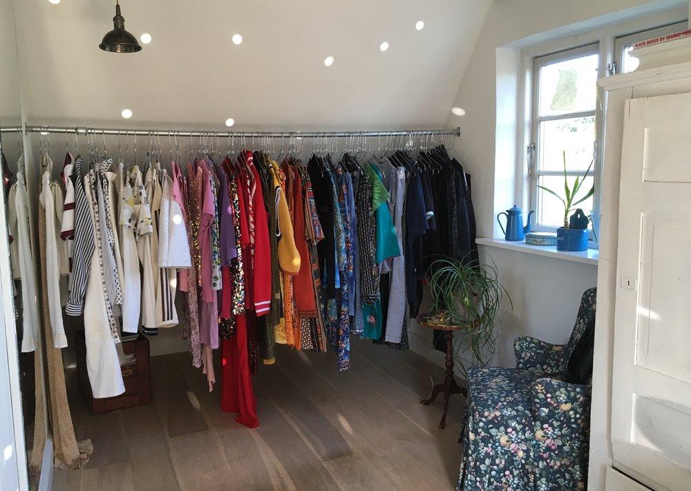 Får man ikke helt lyst til at gå på skattejagt i Nicolines fede og farverige vintage-garderobe?!
