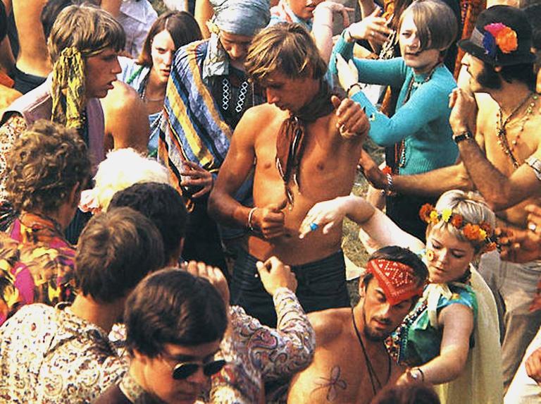 Foto fra: http://www.ceskatelevize.cz/specialy/bigbit/ethno/clanky/37-hippies-magicka-hra-v-letech-1965-1967/