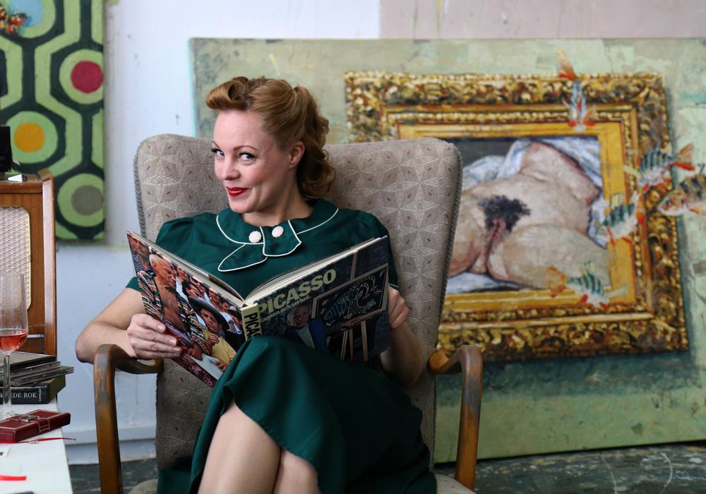 Min vakre kone Martine i en pause fra slitet med å stå modell.