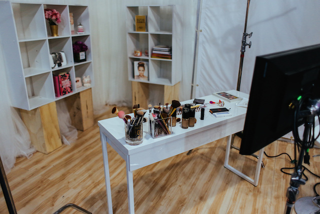 Production space, shared by beauty influencer Tiffany at http://www.iamstyle-ish.com/2015/06/generation-beauty-la-recap.html