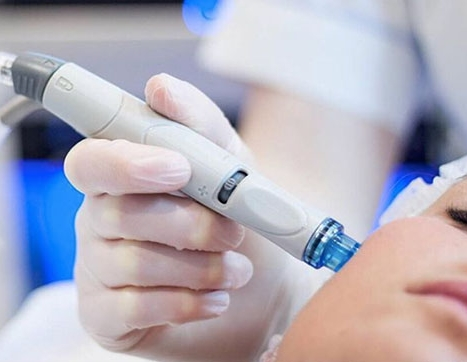 The HydraFacial handheld device in action (image swiped from  HydraFacial's Instagram feed )