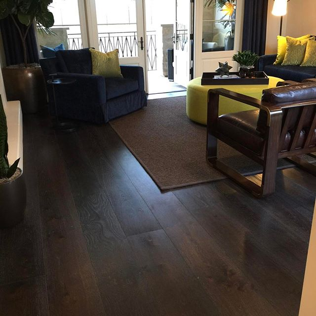 """Currently obsessing over the pops of color in this room. [who would have thought to throw navy blue and lime green with a chocolate colored floor? Not me.] Spec: 5/8"""" x 10"""" Light Rustic Euro Oak, Heavy Wire Brush, Satin Poly Finish Color: Chocolate [duh!] #warrenchristopher #warrenchristopheroc #warrenchristophercollection #woodfloor #woodfloors #woodflooring #customwood #customwoodflooring #eurooak #frenchoak #wideplank #wideplankfloors #ihavethisthingwithfloors #crystalcove #thenewhomecompany #coralcrest"""