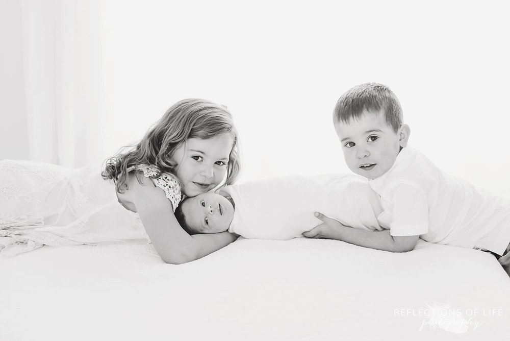 Black and white photo of newborn and child photography in Niagara Region of Ontario Canada