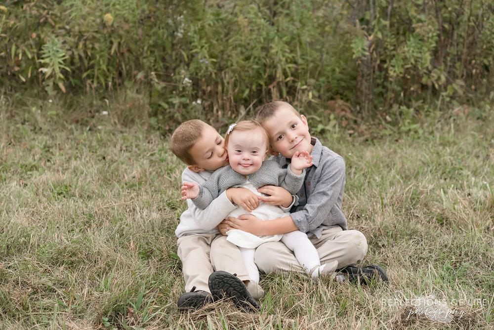 040 three sibling sittingin field Niagara Region