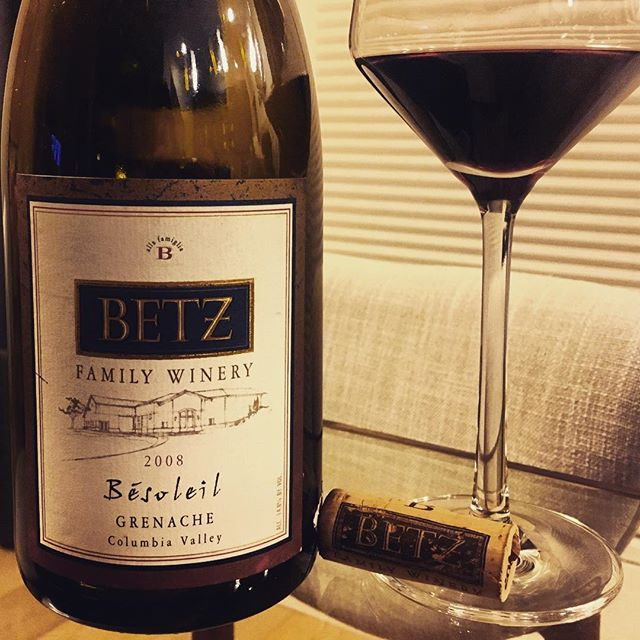 @betzwine #besoleil #2008grenache #columbiavalleywine #washingtonwine  #redwine #redwinelover #winelover #grenache #cheers 🍷  Very aged Grenache which had us both wondering whether it still would still be holding up after all this years. The answer is it did-sort of.  Opaque black core with a wide browning aged bricking rim. Dark, gamey and broody- moody. Very savoury, spicy and gamey on the powerful nose- Strong black mineral nuances surround asphalt , hung meat,  feral game, blackberry. and red and black cherry aromas.Integrated vanilla oak and black gummy fruit notes. Very full bodied in the mouth but a bit monolithic with dark spicy moorish gamey flavours combined to a smooth aged heavy texture. Medium low to low acidity, weighty with a pronounced orange peel and black bitter chocolate covered red fruit flavours. Decent length, integrated tannins-A bit one dimensional but very interesting. Drink up.