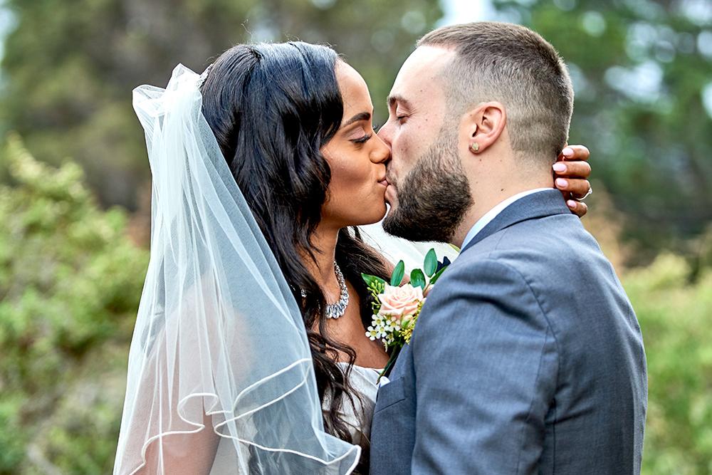 2017KrystalCraven-bride-and-groom-kiss-portrait