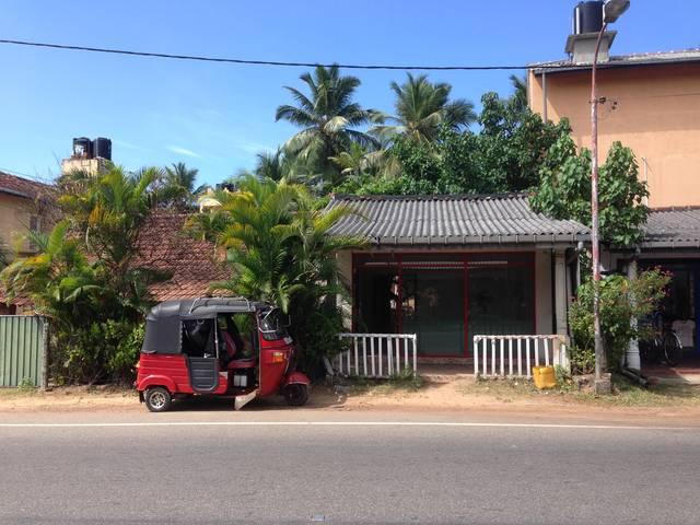 outside_newuse_reuseshop_hikkaduwa_before_renovating