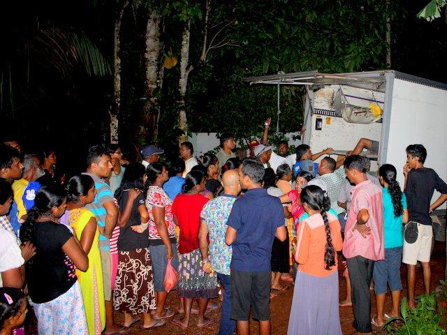 flood_releif_handout_newuse_srilanka_2016_2