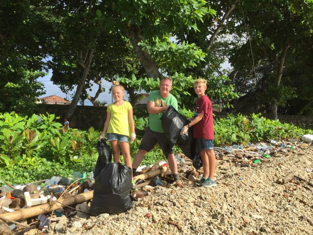 The_great_Galle_beach_cleanup_Jorn_Isak_Eva