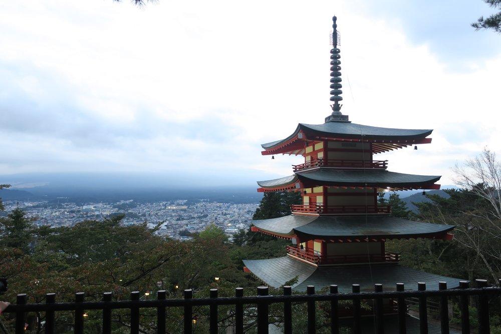 Nublada vista del Monte Fuji desde Fujiyoshida