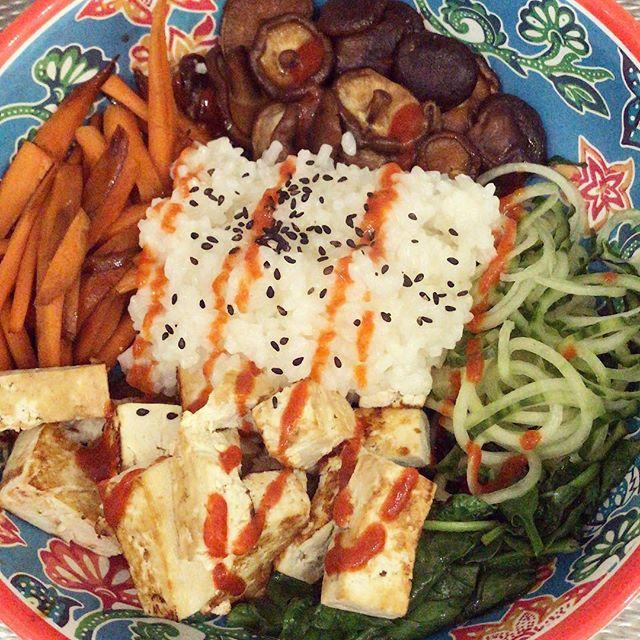 Un momento para apreciar el delicioso Bibimbap que me hice esta semana 😂Estuve enferma 🤒 y me dio la vida 🍃 La receta es de @crazyvegankitchen 🙏🏻